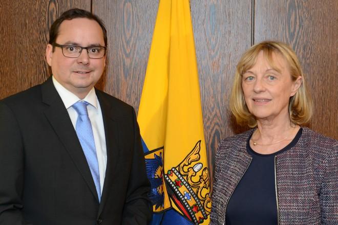 Oberbürgermeister Thomas Kufen empfängt die Präsidentin des Essener Landgerichts, Dr. Monika Anders Foto: Elke Brochhagen 07. 12. 2015