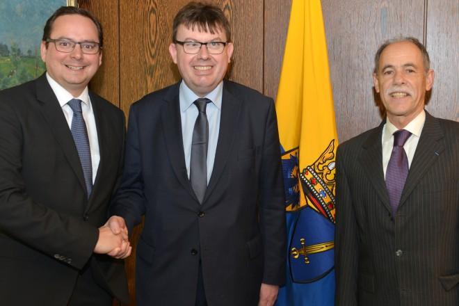 Oberbürgermeister Thomas Kufen (links) empfängt den französischen Generalkonsul Vincent Muller. Rechts im Bild Michel Vincent, Leiter des deutsch-französischen Kulturzentrums Essen