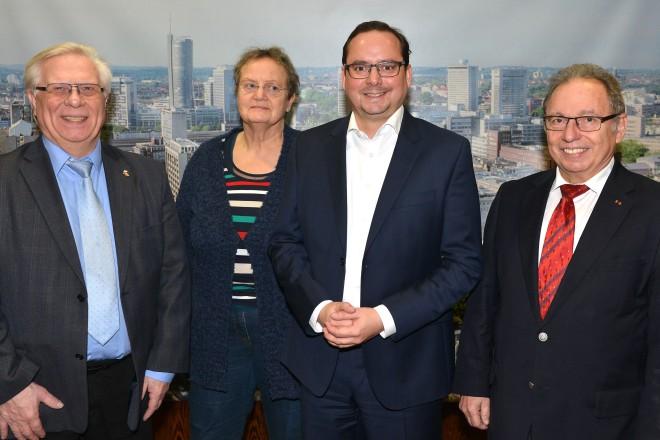 Oberbürgermeister Thomas Kufen (2.v.r.) empfängt die Mitglieder des Seniorenbeirates, Alfred Steinhoff (rechts), Gerd Barnscheidt (links) und Waltraud Schippmann.