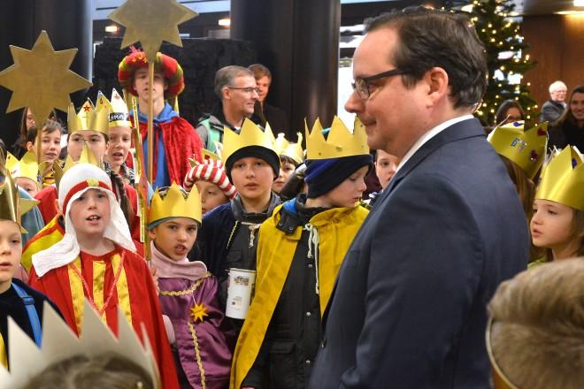 Oberbürgermeister Thomas Kufen empfängt die Sternsinger im Essener Rathaus.
