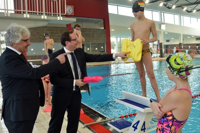 Oberbürgermeister Thomas Kufen (2.v.l) und Beigeordneter Andreas Bomheuer bei der offiziellen Übergabe des neuen Sportbades am Thurmfeld.