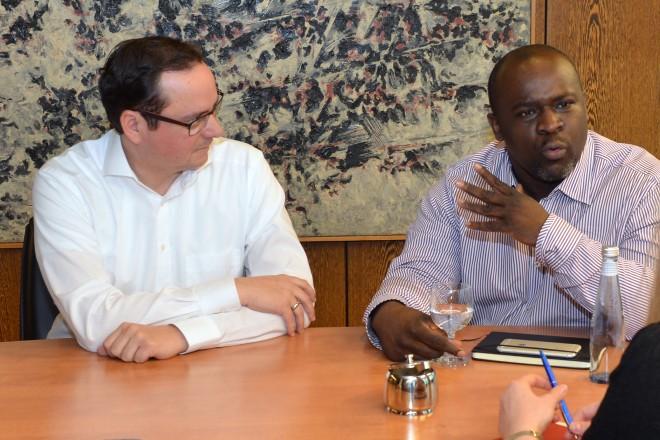 Oberbürgermeister Thomas Kufen (2.v.l) und Beigeordneter Peter Renzel (links) im Gespräch mit Serge Nathan Dash Menga.