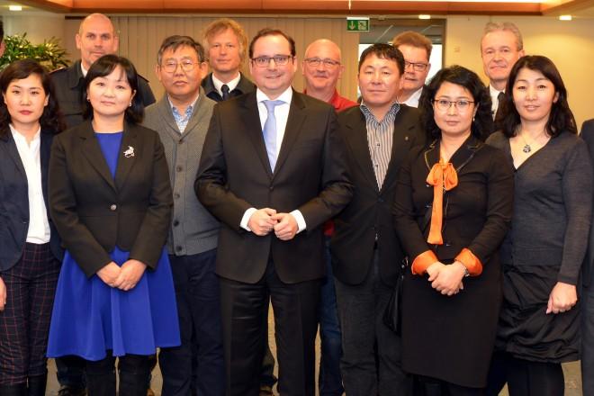 Oberbürgermeister Thomas Kufen (Mitte) empfängt eine Gruppe von Medizinern aus Ulaanbaatar