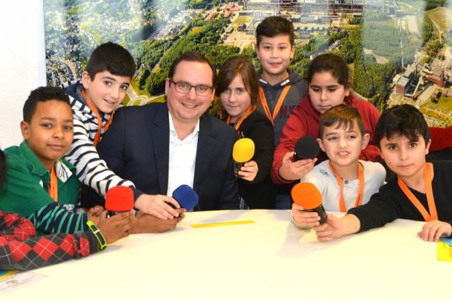 Die Radio AG der Großenbruchschule besucht Oberbürgermeister Thomas Kufen.
