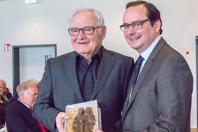 """Oberbürgermeister Thomas Kufen (rechts) gratuliert """"Ente"""" Willi Lippens nachträglich zum 70. Geburtstag"""