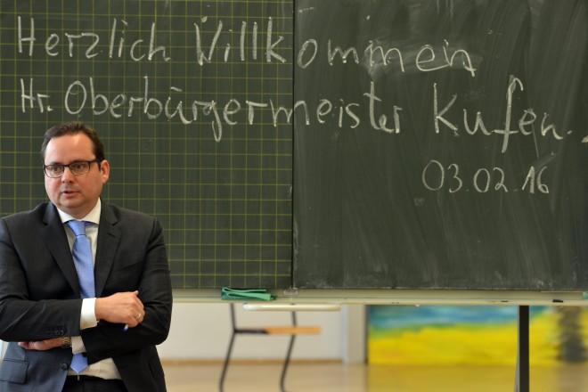 Oberbürgermeister Thomas Kufen bei einer Diskussionsrunde mit Schülerinnen und Schülern der Q2 des Gymnasiums Borbeck.
