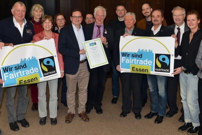 Essen bleibt Fairtrade-Stadt. Oberbürgermeister Thomas Kufen (6.v.l.) nahm die Auszeichnung von Manfred Holz, Ehrenbotschafter der TransFair e.V. entgegen. Mit auf dem Foto die Mitglieder der Steuerungsgruppe Fairtrade Town. F