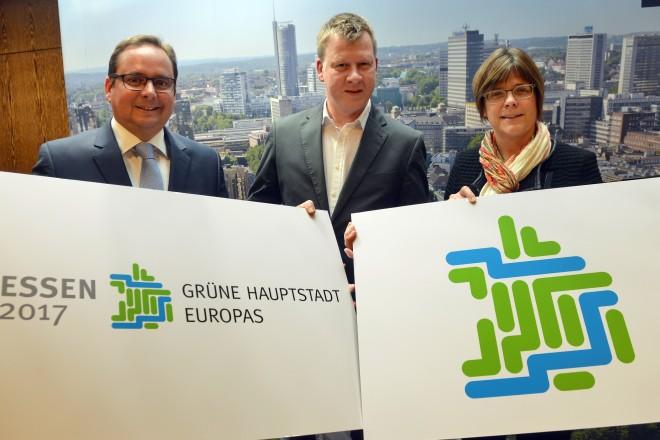 Vorstellung des Logos zur Grünen Hauptstadt 2017. V.l.n.r.: Oberbürgermeister Thomas Kufen, Designer Klaus Falke und Beigeordnete Simone Raskob.