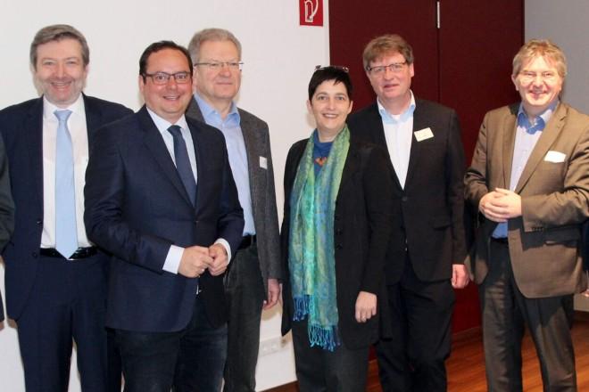 Gesund aufwachsen im Revier. - 2. Ruhrgebietskongress zur Kinder- und Jugendgesundheit. Auf dem Foto: v.l.n.r.: Oliver Hartmann (AOK), Dirk Heidenblut (MdB), Oberbürgermeister Thomas Kufen, Dr. Uwe Kremer (MedEcon Ruhr), Barbara Steffen (MGEPA), Winfried Book (EWG), Peter Renzel (Jugendamt Essen), Petra Hinz (MdB), Ulrich Adler (Techniker Krankenkasse) und Prof. Dr. Claudia Roll (Vestische Kinder- und Jugendklinik Datteln).