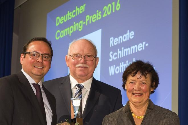 Renate Schimmer-Wottrich (rechts) ist die Preisträgerin des Deutschen Camping-Preises 2016. Als Tochter des Truma-Unternehmensgründers Philipp Kreis, hat sie sich seit nunmehr 48 Jahren aktiv wie kaum eine zweite um Neuentwicklungen im Campingsektor verdient gemacht hat. Übergeben wurde die Auszeichnung im Rahmen der Pressekonferenz der Reise + Camping vom Oberbürgermeister der Stadt Essen Thomas Kufen (links) und dem Präsidenten des Deutschen Camping-Clubs Andreas Jörn (Mitte).