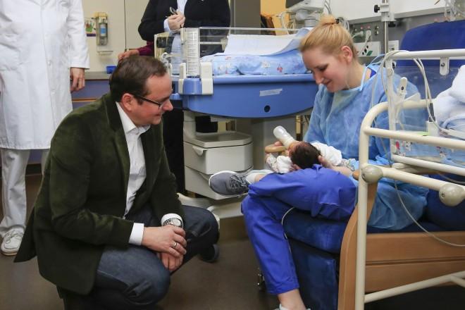 Foto: Oberbürgermeister Thomas Kufen besucht die Kinderstation sowie der Geburtsklinik der Contilia-Gruppe