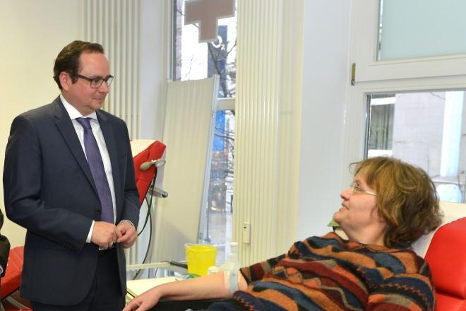 Oberbürgermeister Thomas Kufen (2.v.l) besucht das Blutspendezentrum des DRK in der Kapuzinergasse. Mit auf dem Foto Dr. med. Thomas Zeiler, Ärztlicher Geschäftsführer DRK-Blutspendedienst West und Blutspenderin Ursula Schürks.