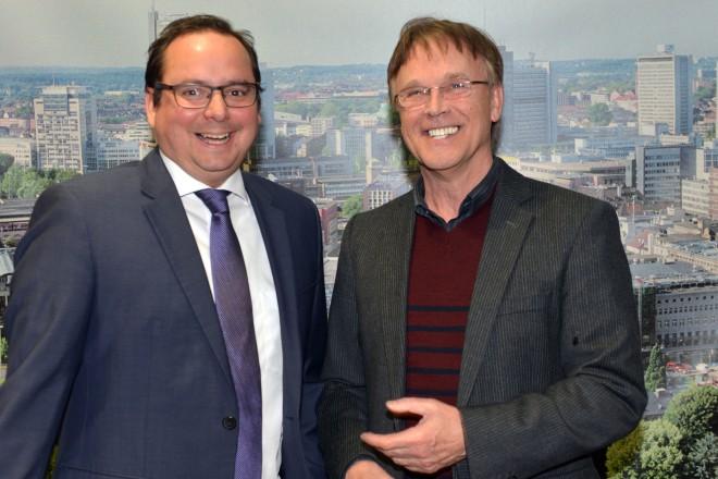 Oberbürgermeister Thomas Kufen (links) gratuliert Prof. Martin Puttke zum Deutschen Tanzpreis 2016.