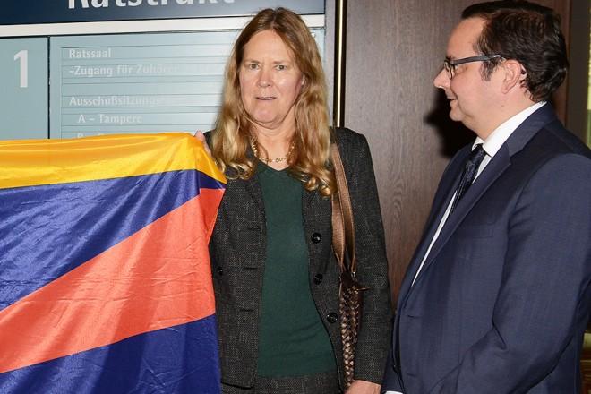 Foto: Oberbürgermeister Thomas Kufen ( Rechts ) begrüßt die Tibet-Initiative Essen im Rathaus