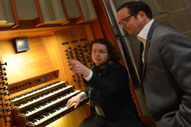 Domorganist Sebastian Küchler-Blessing zeigt Oberbürgermeister Thomas Kufen (rechts) die Orgel des Essener Domes.