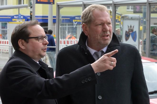 Oberbürgermeister Thomas Kufen (links) und Polizeipräsident Frank Richter bei einer Ortsbegehung im Stadtteil Altendorf.