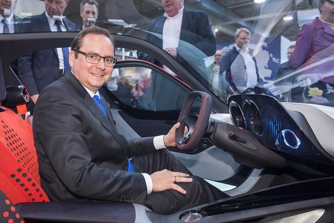 Der Essener Oberbürgermeister Thomas Kufen überzeugte sich auf der Techno-Classica Essen von den Vorzügen der Sportwagenstudie Opel GT Concept. Die Weltmesse der Automobilleidenschaft versammelt noch bis zum 10. April mehr als 1.250 Aussteller und über 190.000 erwartete Oldtimerfans aus aller Welt in der Messe Essen.