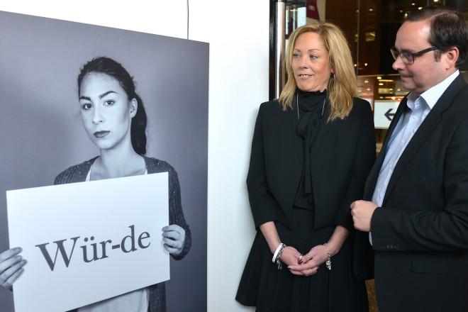 """Oberbürgermeister Thomas Kufen eröffnet im Rathausfoyer die Fotoausstellung """"Wir haben eine Stimme"""" der Fotografin Claudia Anders."""