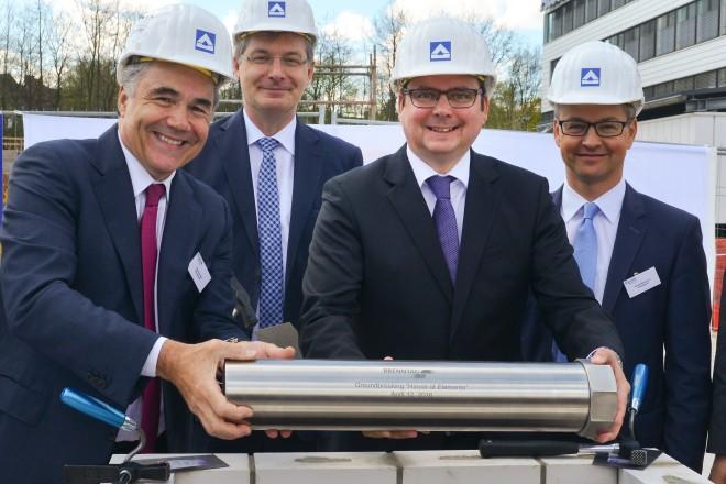 Grundsteinlegung House of Elements /Brenntag). V.l.n.r.: Steven Holland, CEO Brenntag AG, Georg Müller, Oberbürgermeister Thomas Kufen, und Karsten Beckmann.