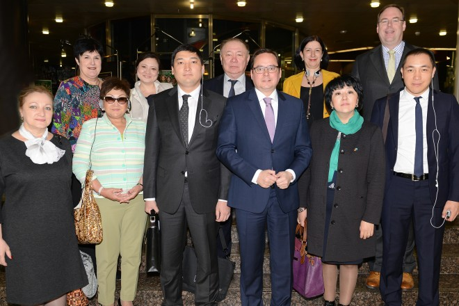 Foto: Oberbürgermeister Thomas Kufen begrüßt eine Delegation von Kommunalpolitikern aus Kasachstan