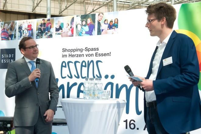 """Hauptaktionstag zur """"Aktionswoche zum Ehrenamt"""". Oberbürgermeister Thomas Kufen (links) im Gespräch mit Hendrik Rathmann von der Ehrenamtagentur."""