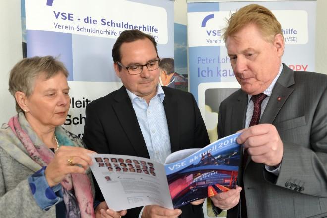 Der Verein für Schuldnerhilfe Essen e.V. (VSE) stellt seinen Jahresbericht vor. Auf dem Foto v.l.n.r: Margret Schulte, Oberbürgermeister Thomas Kufen und Hartmut Laebe.
