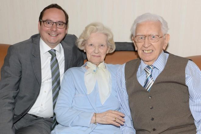 Foto: Oberbürgermeister Thomas Kufen gratuliert den Eheleuten Maga und Heinrich Maulhardt zur Gnadenhochzeit