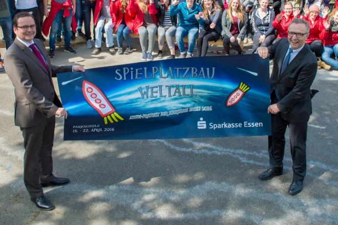 Oberbürgermeister Thomas Kufen (links) und Volker Behr, Vorstandsvorsitzende der Sparkasse Essen weihten mit den Azubis der Sparkasse Essen den Spielplatz an der Parkschule ein.
