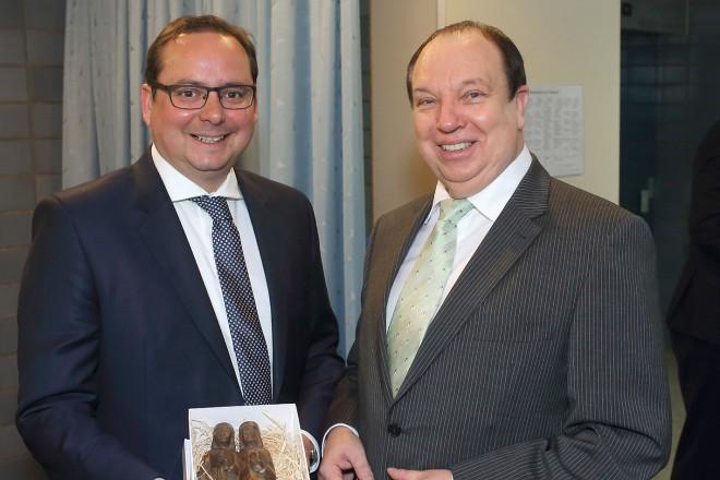 Oberbürgermeister Thomas Kufen (links) verabschiedet den AWO Geschäftsführer Wolf Ambauer.