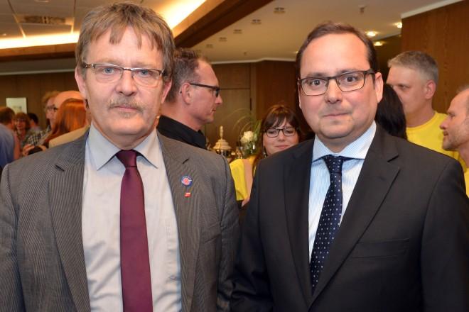 Oberbürgermeister Thomas Kufen (rechts) und Dieter Hillebrand, DGB Regionsgeschäftsführer. F