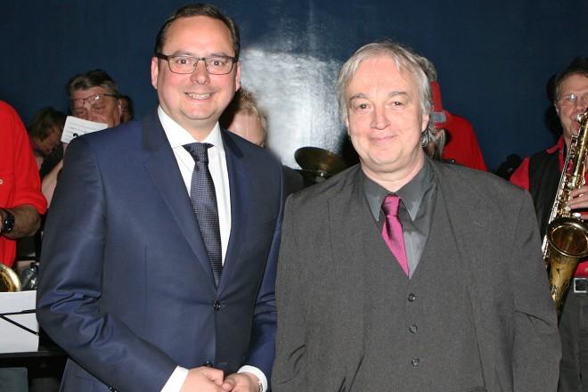 """Eröffnung der Ausstellung """" Rock und Pop im Pott """" Oberbürgermeister Thomas Kufen ( links ) und Professor Theo Grütter"""