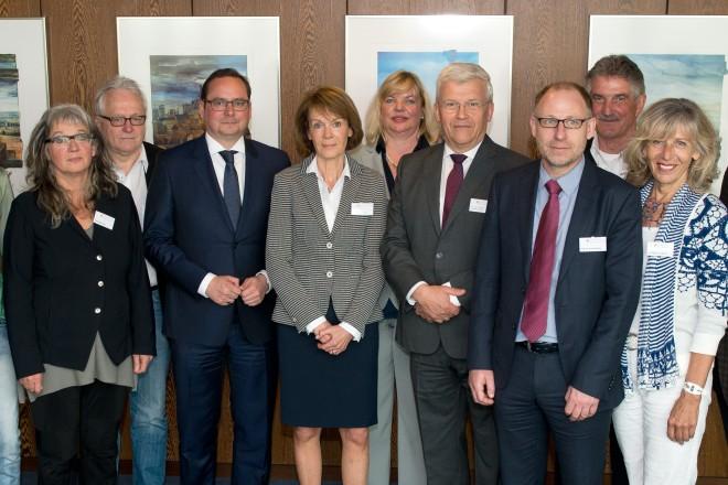 Oberbürgermeister Thomas Kufen (5.v.l.) besucht die Kuratoriumssitzung der Kinderstiftung Essen.