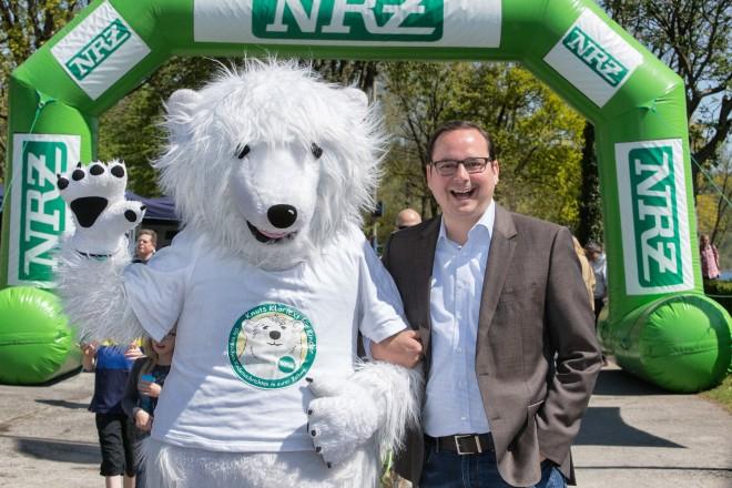 Oberbürgermeister Thomas Kufen trifft Eisbär Knut beim NRZ-Wandertag. Foto: Stefan Arend