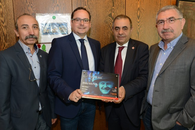 "Übergabe einer ""Danke-Plakette"" an Oberbürgermeister Thomas Kufen ( 2.v.l ) durch Günay Capan ( 2. v. r )"