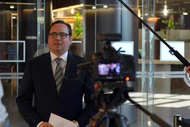 Oberbürgermeister Thomas Kufen beim Filmdreh zum Eltingviertertel.