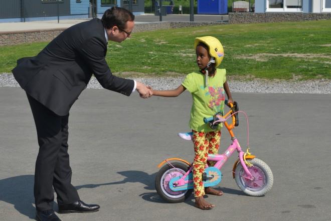 Oberbürgermeister Thomas Kufen mit einem Flüchtlingskind in der Erstaufnahmeeinrichtung Kutel.