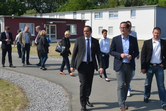 Oberbürgermeister Thomas Kufen (links) besichtigt die Erstaufnahmeeinrichtung Kutel. In der Mitte Jan-Christoph Schaberick, Leiter der Erstaufnahmeeinrichtung.