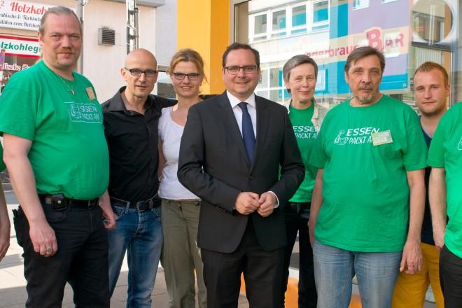 """Oberbürgermeister Thomas Kufen besucht die Bürgerinitiative """"Essen packt an""""."""