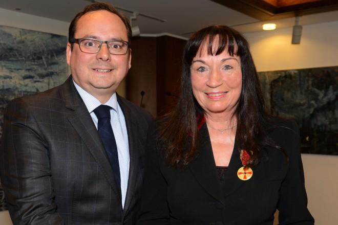 Oberbürgermeister Thomas Kufen überreicht die Verdienstmedaille der BRD an Frau Marion Krupa