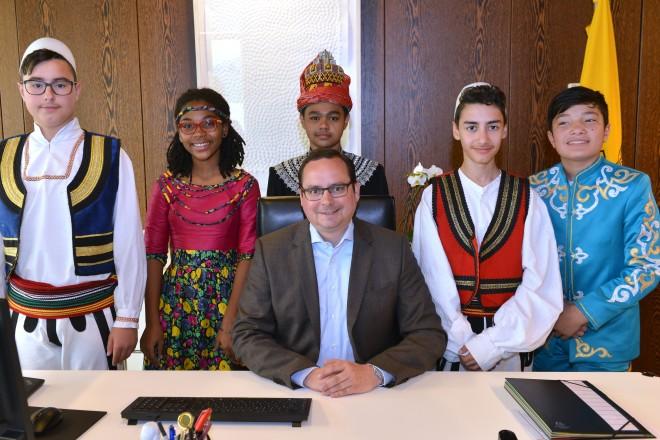 Im Rahmen des 14. Internationalen Sprach- und Kulturfestivals besucht eine Gruppe von Kindern in ihren Landestrachten Oberbürgermeister Thomas Kufen