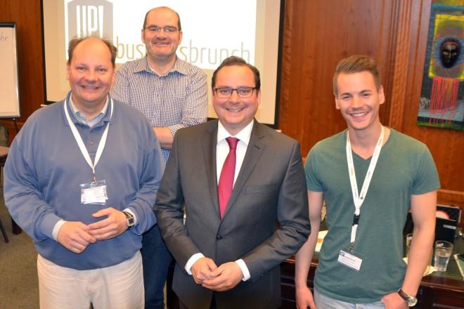 Oberbürgermeister Thomas Kufen (2.v.r.) mit dem Up Businessbrunch-Team v.l.n.r.: Horst Buschmann, Andreas Kaminski und Clemens van der Giet.