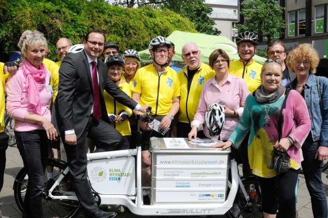 Oberbürgermeister Thomas Kufen (auf dem Fahrrad) eröffnet die Stadtradelaktion 2016