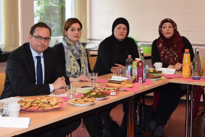 Gesprächsrunde zwischen dem Oberbürgermeister und der arabischen Fraauengruppe. Foto: Igor Wenzel, Stadt Essen