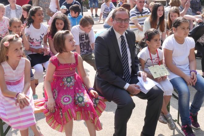 Oberbürgermeister Thomas Kufen beim Jubiläum 150 Jahre Schule Am Reuenberg.