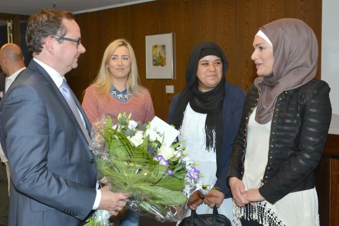 V.l.n.r.: Oberbürgermeister Thomas Kufen, Lina Khodr, Zahra Kharroubi und Rania Issa.