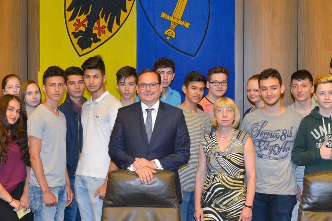 Oberbürgermeister Thomas Kufen empfängt Schülerinnen und Schüler der 10. Klasse der Gertrud Bäumer Realschule im Ratssaal.