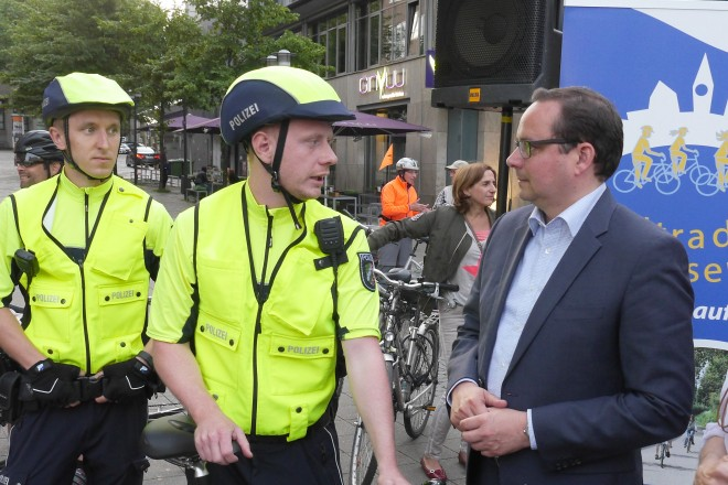 """Oberbürgermeister Thomas Kufen verabschiedet die """"Nachtradler"""" am Willy-Brand-Platz, die auch von der Fahrradadstaffel der Polizei begleitet werden. Rechts im Bild Ute Zeise von der Klimagentur."""