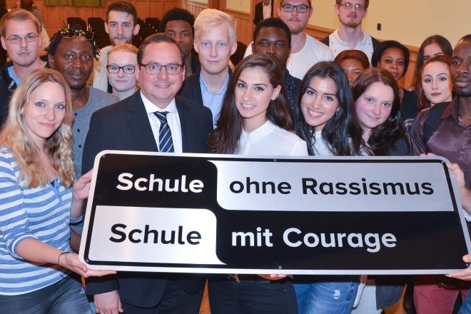 """Das Ruhrkolleg erhält den Titel """"Schule ohne Rassismus - Schule mit Courage""""."""