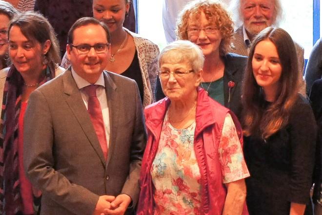25 Jahre Pro Asyl. Oberbürgermeister Thomas Kufen mit ehrenamtlichen Mitarbeiterinnen und Mitarbeitern.