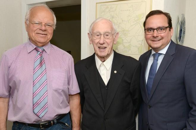 Oberbürgermeister Thomas Kufen (rechts) und der Bezirksbürgermeister Helmut Kehlbreier (links) gratulieren Heinrich Homann zum 105.Geburtstag.